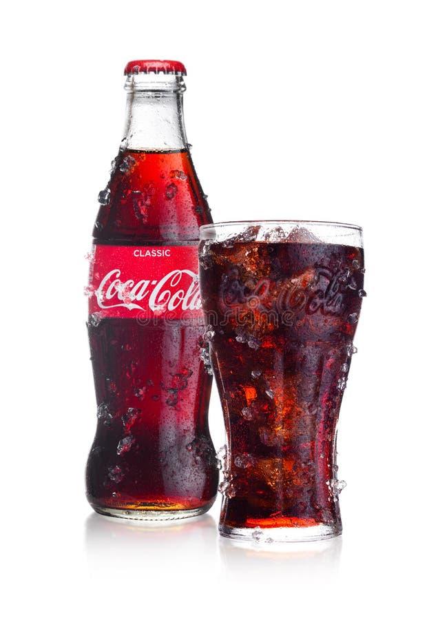 伦敦,英国- 2018年2月02日:冷的瓶和杯经典可口可乐在与冰和露水的白色喝 饮料导致 免版税图库摄影