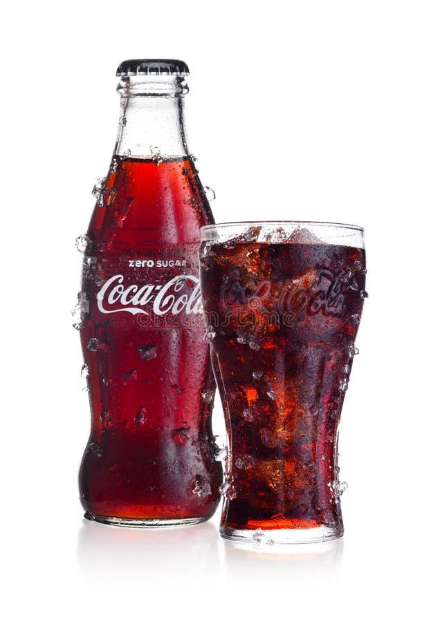 伦敦,英国- 2018年2月02日:冷的瓶和杯零的可口可乐在与冰和露水的白色喝 饮料导致和 库存图片
