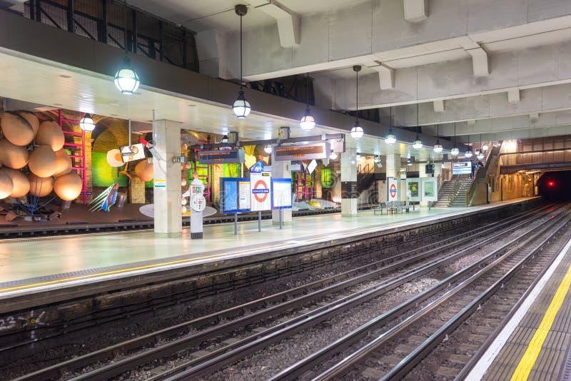 伦敦,英国- 2019年5月13日:告士打道的著名伦敦地铁驻地 库存图片