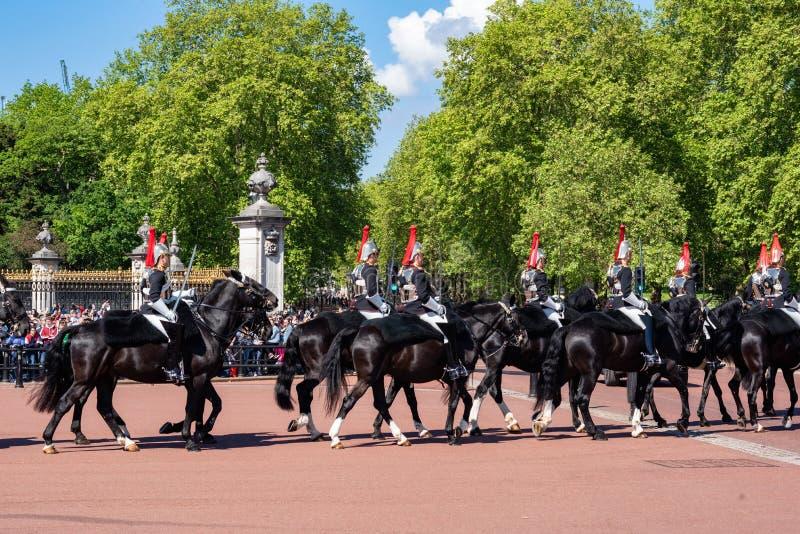 伦敦,英国- 2019年5月12日:在卫兵期间的变动的英国家庭骑兵在女王的官员的 免版税库存图片