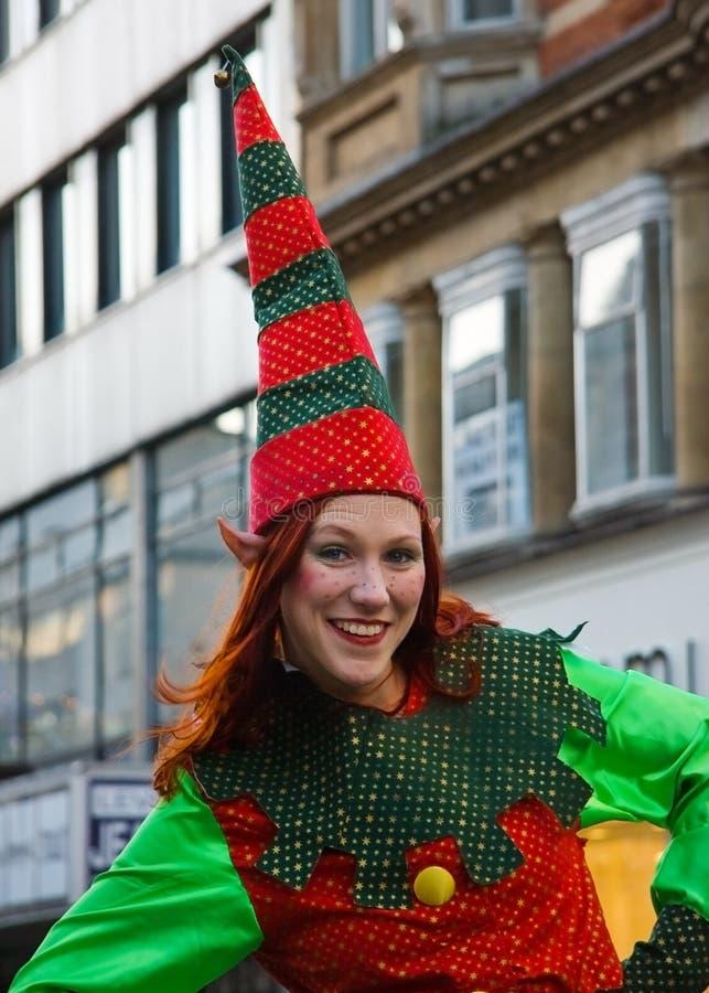 伦敦,英国- 2006年12月2日:在圣诞节矮子服装打扮的未知的妇女摆在为游人在期间 免版税图库摄影