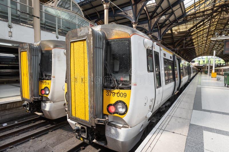 伦敦,英国- 2019年5月14日:在平台的斯坦斯特德特级列车在维多利亚火车站,现代 库存照片