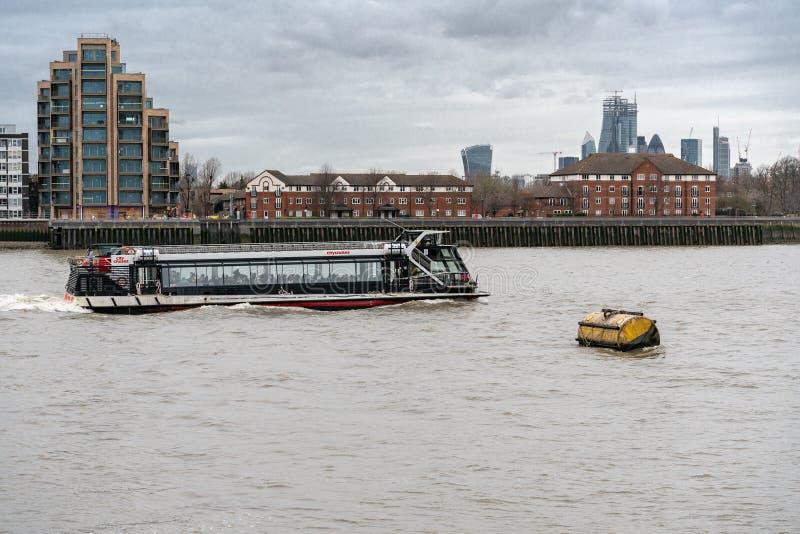伦敦,英国- 2019年3月05日:在泰晤士河伦敦英国英国的游船 免版税库存照片
