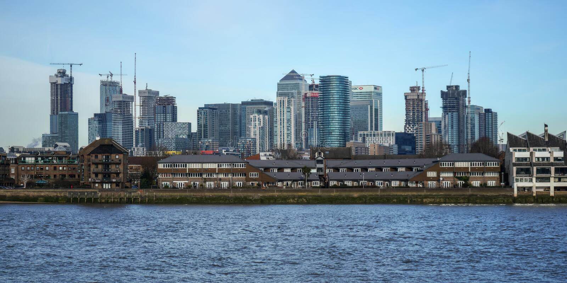 伦敦,英国- 2019年2月03日:在泰晤士河金丝雀码头的,主要财政区的看法,与 免版税图库摄影