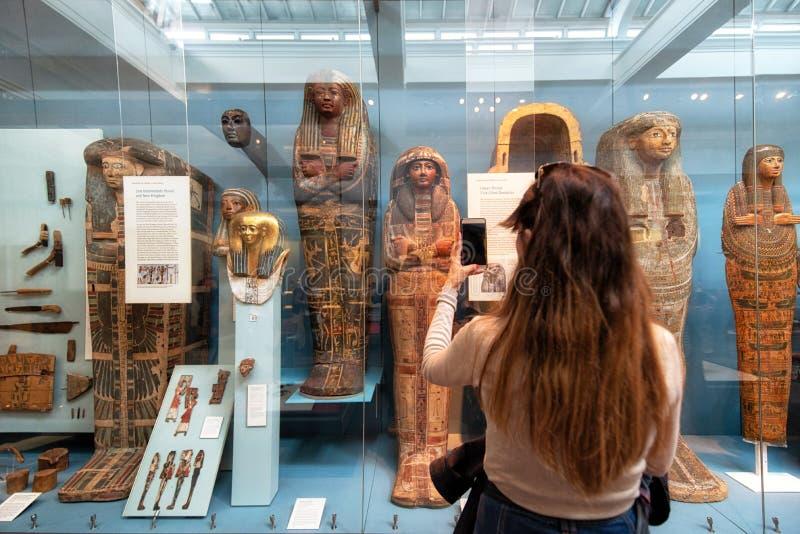 伦敦,英国- 2019年5月13日:大英博物馆,伦敦 古埃及的霍尔,拍照片的游人 库存图片