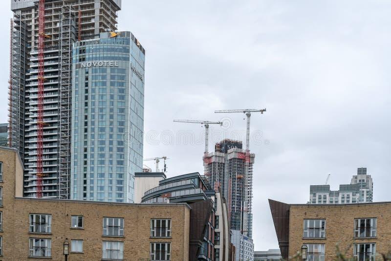 伦敦,英国- 2019年3月05日:新的家和发展,在泰晤士河的现代居民住房在金丝雀码头 库存图片