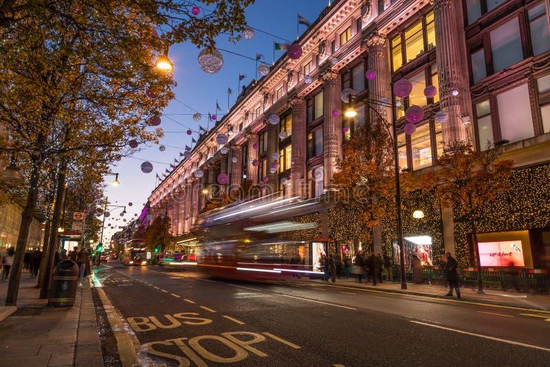伦敦,英国- 2018年11月11日:沿牛津街的看法在圣诞节打过工附近的Selfridges附近 五颜六色的圣诞节 库存图片