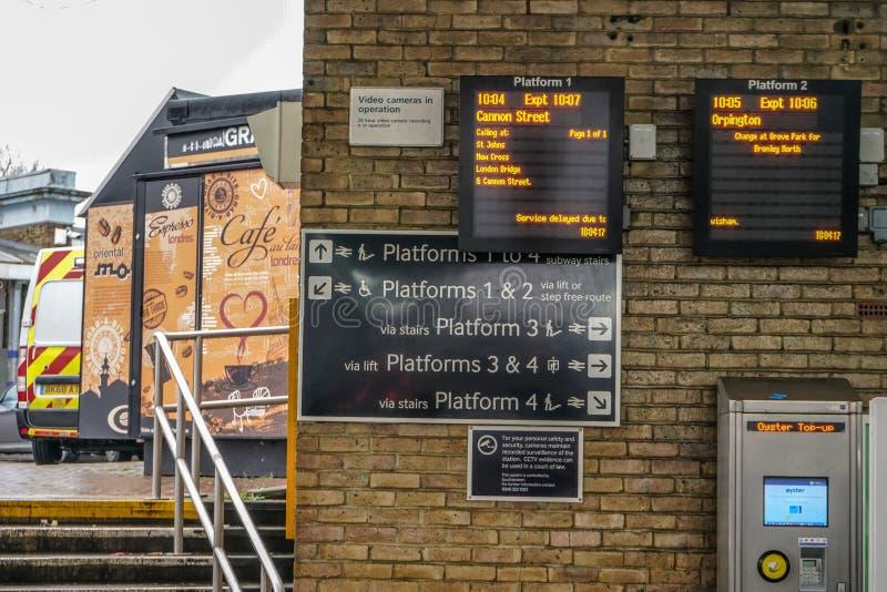 伦敦,英国- 2019年2月01日:火车在刘易舍姆驻地,牡蛎机器的离开桌可看见在角落 ?? 库存照片