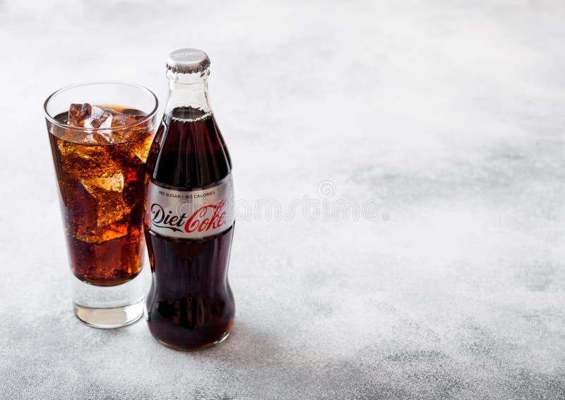 伦敦,英国- 2018年9月28日:玻璃和瓶Diet焦炭可口可乐苏打喝与冰块和泡影在石厨房ta 图库摄影