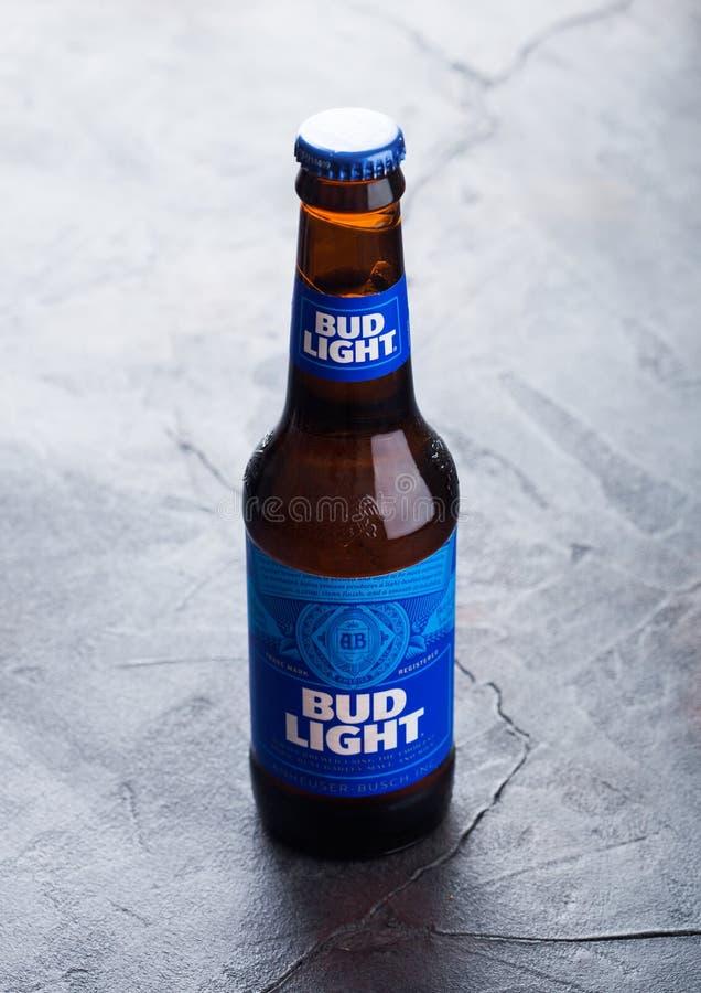 伦敦,英国- 2018年10月03日:玻璃瓶百威芽光在石背景的储藏啤酒与镇压 免版税库存图片