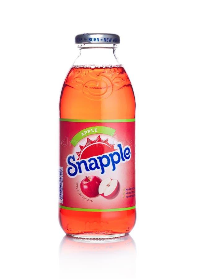 伦敦,英国- 2018年1月02日:瓶Snapple在白色的苹果汁 Snapple是博士Pepper Snapple Group的产品根据i 免版税库存图片