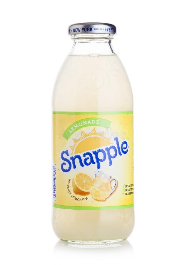 伦敦,英国- 2018年4月27日:瓶Snapple在白色背景的柠檬汁 Snapple是博士Pepper Snapple Gro的产品 图库摄影
