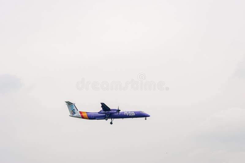 伦敦,英国- 2017年9月27日:Flybe航空公司投炸弹者在伦敦海斯罗国际性组织Airpor的破折号8 Q400 G-JEDM着陆 免版税库存图片