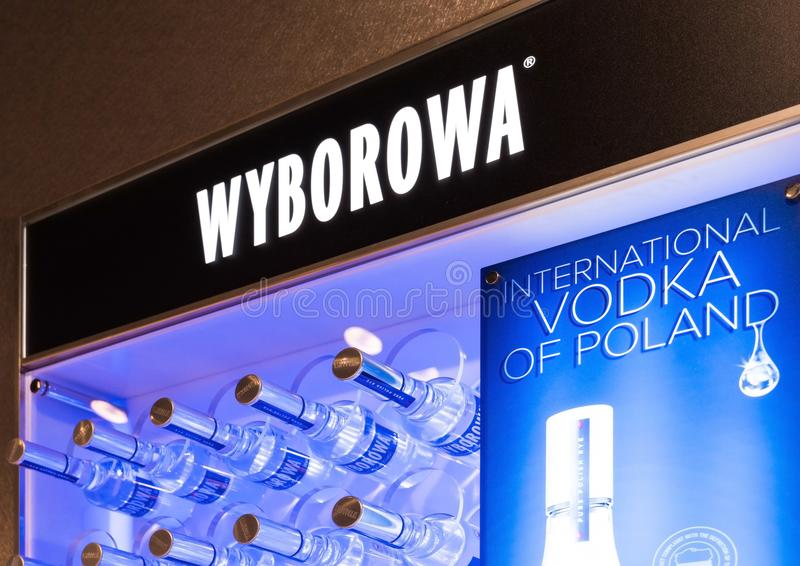 伦敦,英国- 2018年8月31日:Wyborowa伏特加酒有商标和瓶的显示板 免版税库存图片