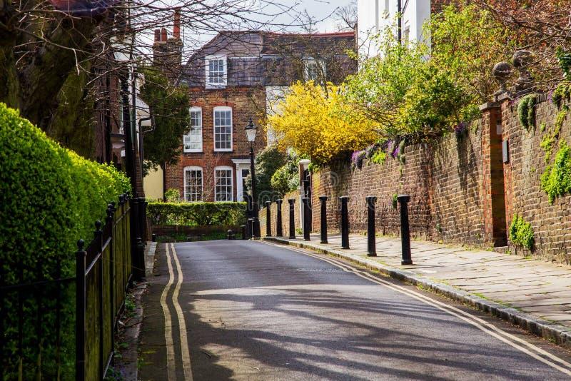 伦敦,英国- 4月, 13日:典型的英国街道在有维多利亚女王时代的房子的春天在伦敦 库存照片