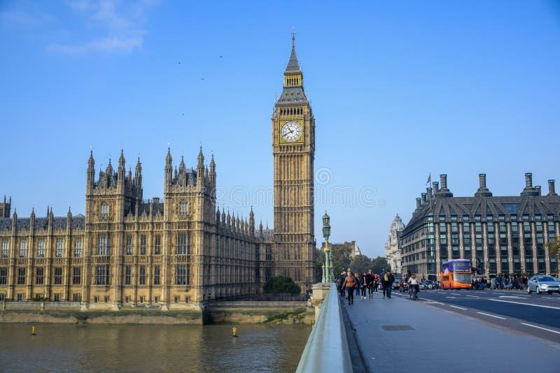 伦敦,英国- 2016年10月:从威斯敏斯特桥梁的大本钟在伦敦,英国 图库摄影