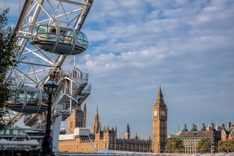 伦敦,英国- 8月09,2016 伦敦市看法和伦敦眼最大的吸引力在反对著名大本钟的伦敦 图库摄影