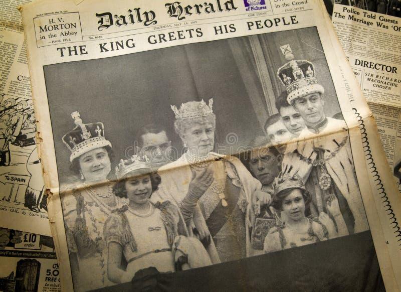 伦敦,英国- 2014年6月16日欢呼他的人民,在葡萄酒英文报纸前面的皇家的国王年5月第13, 1937 库存图片