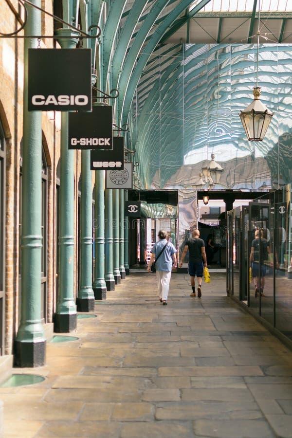 伦敦,英国- 2016年8月30日:人步行在Covent市场大厅里 免版税库存照片