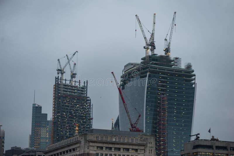 伦敦,英国- 2013年4月9日:伦敦商业区Onder建筑 在屋顶的起重机 晚上照片写真 图库摄影