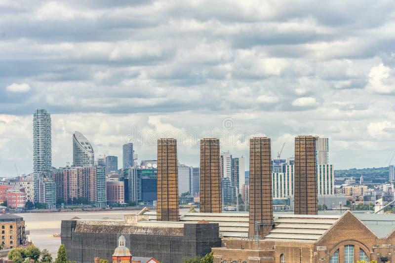 伦敦,英国- 2016年8月21日:伦敦金丝雀码头和有泰晤士河的商业区 库存照片
