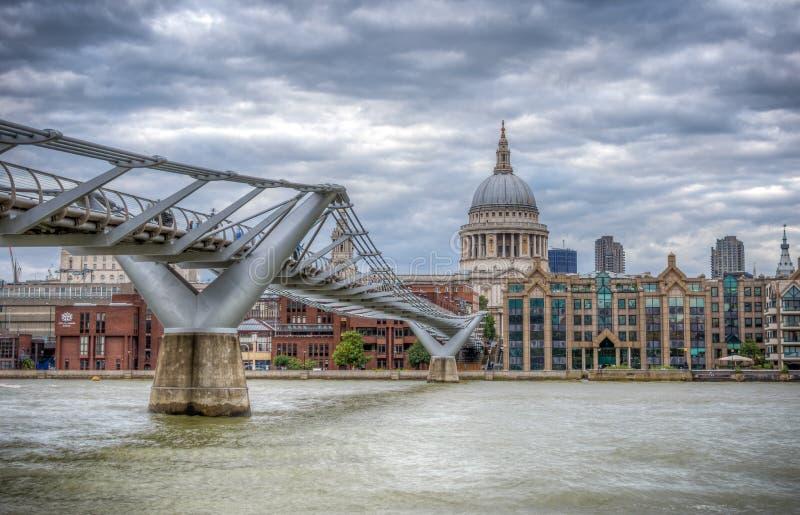 伦敦,英国- 2016年8月8日:千年桥梁和圣Pauls大教堂 库存照片