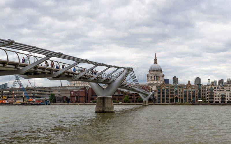 伦敦,英国- 2016年8月8日:千年桥梁和圣Pauls大教堂 免版税库存图片