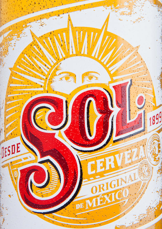 伦敦,英国- 2016年12月15日:瓶Sol墨西哥啤酒关闭标签 从Cuauhtemoc Moctezuma啤酒厂,在蒙特里, Mex 免版税库存照片