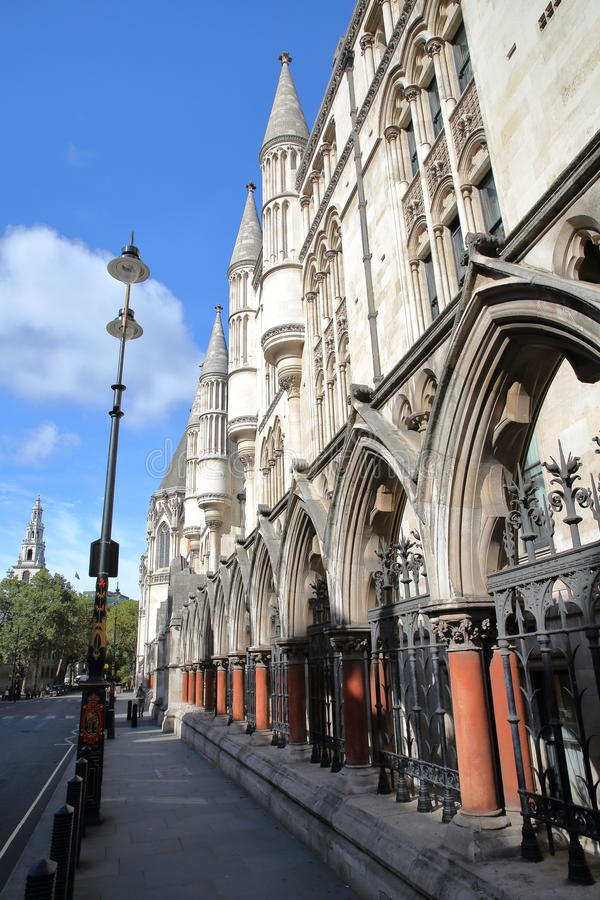 伦敦,英国- 2016年8月20日:皇家法院从子线的与外在专栏和拱廊的细节 免版税库存图片