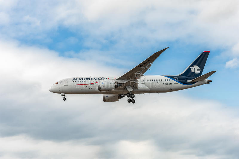 伦敦,英国- 2016年8月22日:N965AM Aeromexico航空公司波音787-8 Dreamliner着陆在希思罗机场,伦敦中 免版税库存照片