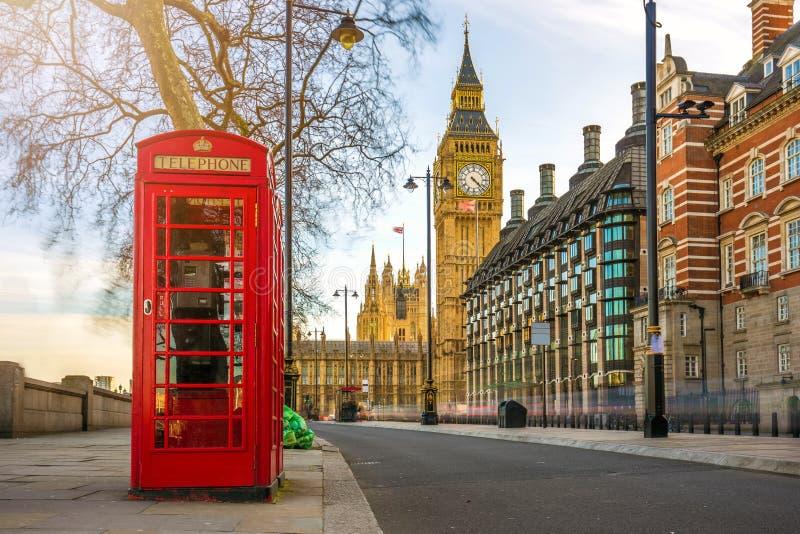 伦敦,英国-有大本钟的英国老红色电话亭 免版税图库摄影