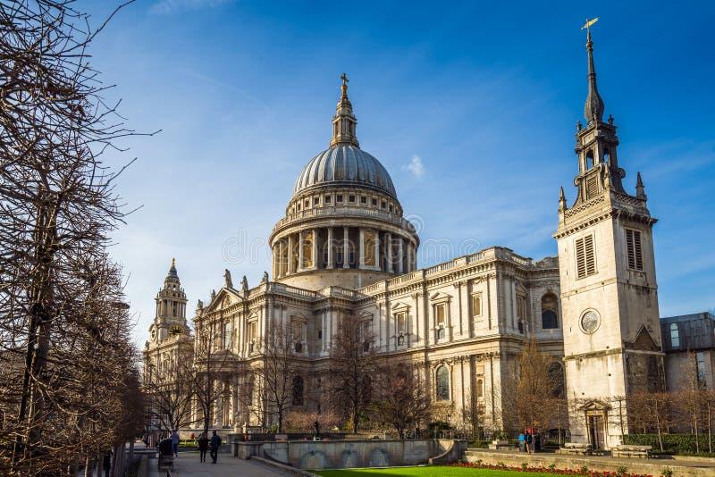 伦敦,英国-著名StPaul ` s大教堂在一个晴朗的春日 图库摄影
