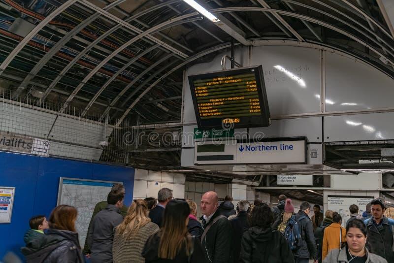 伦敦,英国- 05,2019年3月:在伦敦地铁的银行驻地在下班时间 库存照片