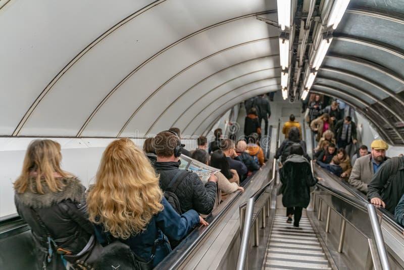 伦敦,英国- 05,2019年3月:在伦敦地铁的银行驻地,人们在下班时间使用自动扶梯 免版税库存照片