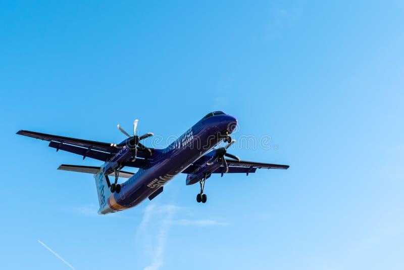 伦敦,英国- 17,2019年2月:Flybe在英国根据的英国地方航空公司,飞机型号De Havilland加拿大DHC-8-400飞行 免版税库存照片