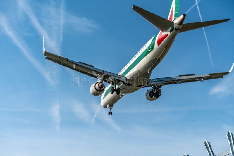 伦敦,英国- 17,2019年2月:意大利航空CityLiner在意大利根据的意大利地方航空公司,飞机型号巴西航空工业公司ERJ-190飞行  库存照片