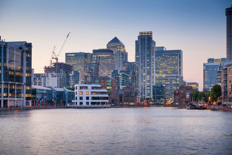 伦敦,金丝雀码头黄昏的商业区 图库摄影