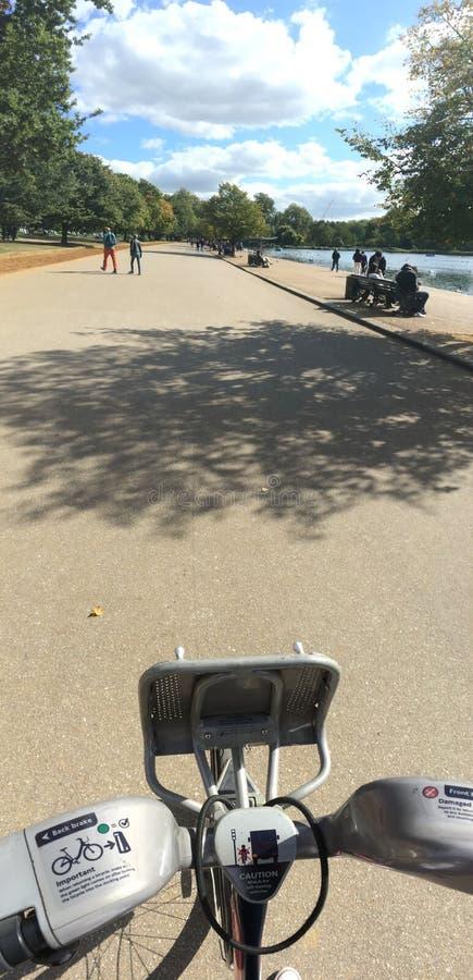伦敦, POV海德公园自行车风景 免版税库存照片