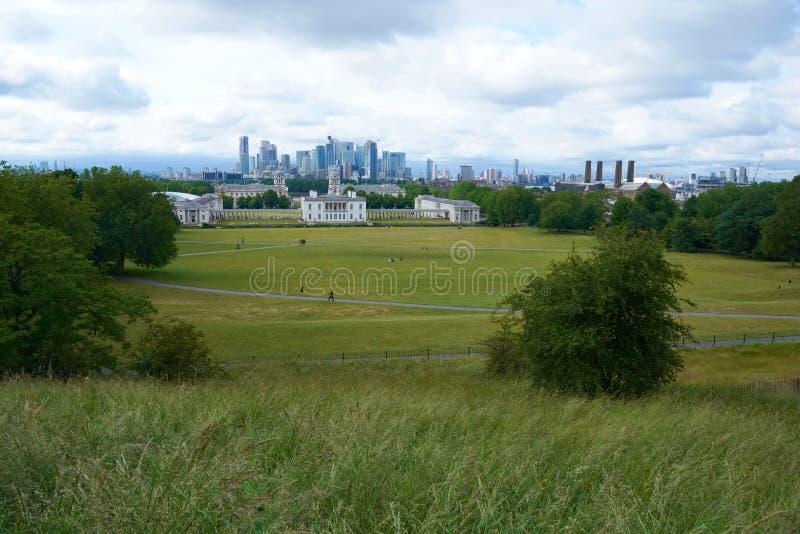 伦敦,ENGLAND/UNITES王国--2019年6月11日:伦敦看法从格林威治公园的多云夏日 免版税库存图片