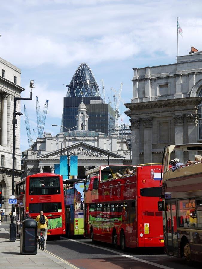 伦敦: 英国银行和游览车 库存图片