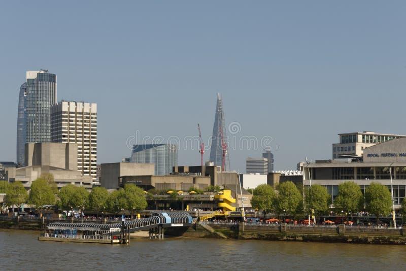 伦敦:southbank中心和城市摩天大楼 库存照片