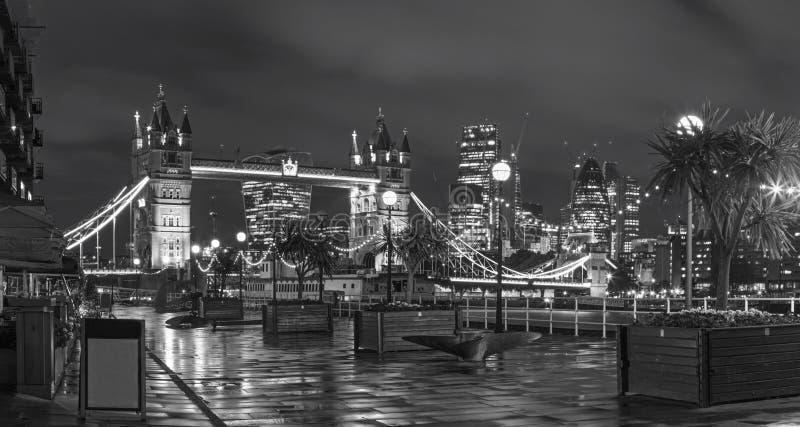 伦敦-塔新娘、散步和摩天大楼黄昏的 免版税库存图片