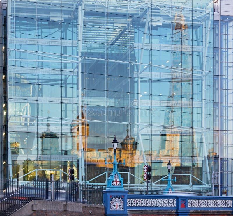 伦敦-塔镜子和在现代玻璃门面的碎片 库存图片