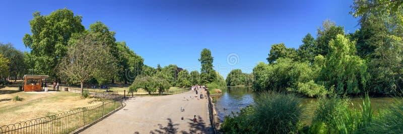 伦敦- 2015年6月:人们享用夏季的海德公园 lon 免版税库存照片