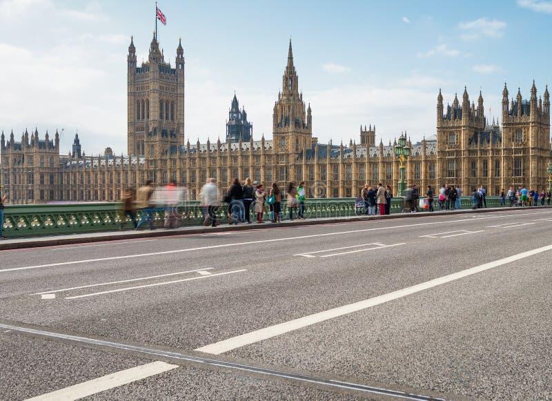 伦敦- 2013年9月29日:威斯敏斯特桥梁的游人 lon 免版税库存照片