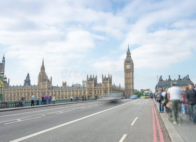 伦敦- 2013年9月29日:沿威斯敏斯特Bri的游人步行 免版税库存照片