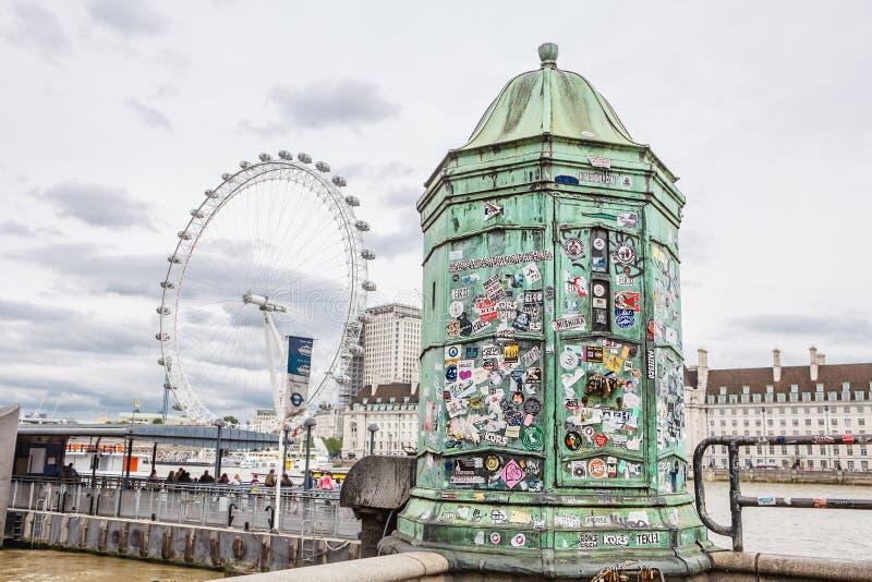 伦敦- 2017年8月23日:贴纸和锁从游人a的 库存图片