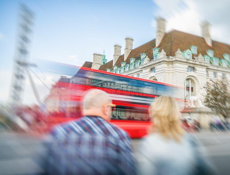伦敦- 2016年9月25日:Colourul公共汽车沿Westmi加速 库存照片