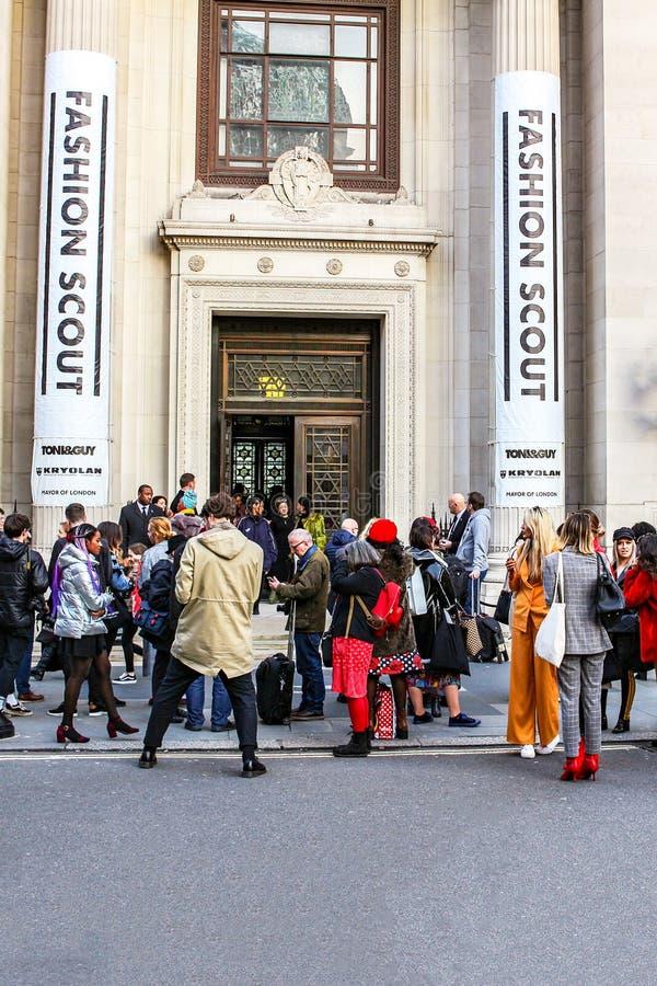 伦敦- 2018年2月16日:Fashionista参加时尚侦察员在伦敦时尚星期2月2018汇集期间在互济会会员' 库存图片