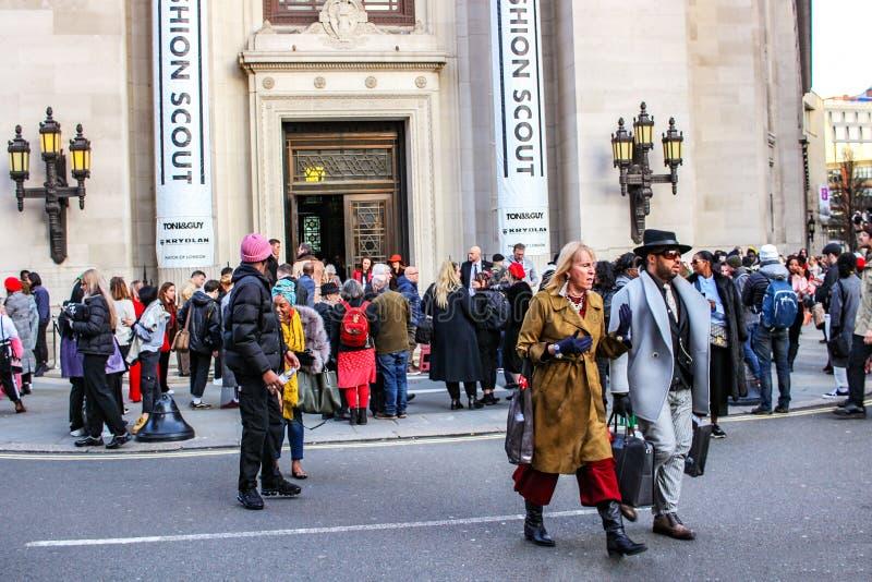 伦敦- 2018年2月16日:Fashionista参加时尚侦察员在伦敦时尚星期2月2018汇集期间在互济会会员' 库存照片